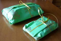 A basket of pasticcini (2-3 mignon per person) is also a common hostess gift.
